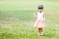 Szczęśliwa dziewczyna w ogródzie Obrazy Stock
