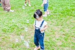 Szczęśliwa dziewczyna w ogródzie Obrazy Royalty Free