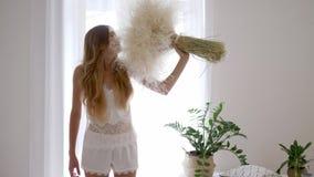 Szczęśliwa dziewczyna w piżama stojakach z bukietem piórkowe trawy w domu, alergia uwalnia zdjęcie wideo