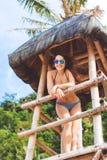 Szczęśliwa dziewczyna w wakacje przy plażą Zdjęcie Stock