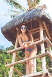 Szczęśliwa dziewczyna w wakacje przy plażą Fotografia Stock