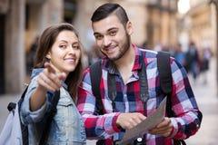 Szczęśliwa dziewczyna wskazuje kierunek zdjęcia stock