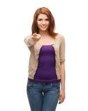Szczęśliwa dziewczyna wskazuje przy tobą w przypadkowych ubraniach Zdjęcia Stock