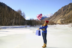 Szczęśliwa dziewczyna z balonem i pakunkiem z prezentem Zdjęcia Royalty Free