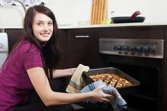 Szczęśliwa dziewczyna z gotującym kulebiakiem zdjęcie royalty free