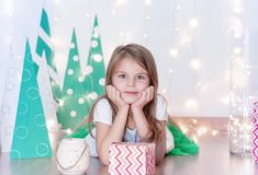 Szczęśliwa dziewczyna z jego Bożenarodzeniowym prezentem Bożenarodzeniowy wakacje i prezenty fotografia stock