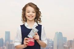 Szczęśliwa dziewczyna z kiesą i papierowym pieniądze zdjęcia royalty free