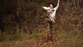 Szczęśliwa dziewczyna z liśćmi w parku Żółty ulistnienie zbiory wideo