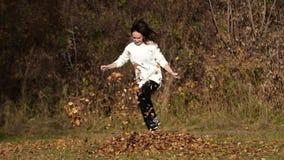 Szczęśliwa dziewczyna z liśćmi w parku Żółty ulistnienie zbiory