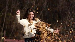 Szczęśliwa dziewczyna z liśćmi w parku Żółty ulistnienie zdjęcie wideo