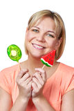 Szczęśliwa dziewczyna z lizaka arbuzem i kiwi owoc Fotografia Stock