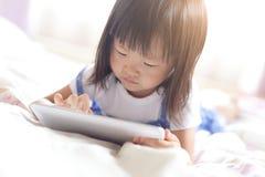 Szczęśliwa dziewczyna z pastylka komputerem osobistym Zdjęcie Stock