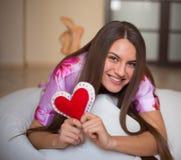 Szczęśliwa dziewczyna z sercem Obraz Stock