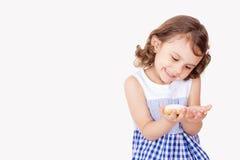 Szczęśliwa dziewczyna z uczt ciastkami Obraz Royalty Free