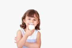Szczęśliwa dziewczyna z uczt ciastkami Obrazy Stock