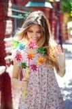 Szczęśliwa dziewczyna z wiatraczkiem w ręce wiatr fotografia royalty free