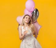 Szczęśliwa dziewczyna z wineglass i balonami Obrazy Stock