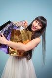 Szczęśliwa dziewczyna z zakupami. Zdjęcia Royalty Free