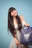 Szczęśliwa dziewczyna z zakupami. Zdjęcie Stock