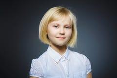szczęśliwa dziewczyna Zbliżenie portreta dziecka przystojny ono uśmiecha się odizolowywam na popielatym zdjęcia royalty free