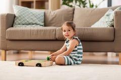 Szczęśliwa dziewczynka bawić się z zabawka blokami w domu obrazy royalty free