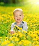 Szczęśliwa dziewczynka na łące z kolorem żółtym kwitnie na naturze zdjęcie stock