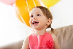 Szczęśliwa dziewczynka na przyjęciu urodzinowym w domu Zdjęcie Stock