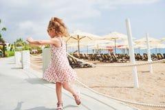 Szczęśliwa dziewczynka w sukni na plaży morzem w lecie Zdjęcie Stock