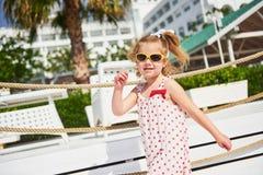 Szczęśliwa dziewczynka w sukni na plaży morzem w lecie Zdjęcia Stock
