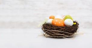 Szczęśliwa Easter dekoracja Jajka w gniazdeczku Zdjęcie Stock