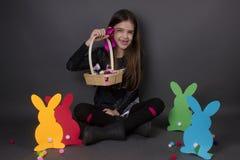 Szczęśliwa Easter dziewczyna odizolowywająca z Easter dekoracją obrazy royalty free