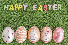 Szczęśliwa Easter słowa pisownia na trawy tle Obraz Stock