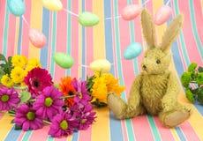 szczęśliwa Easter scena Królik i jaskrawi barwioni kwiaty Fotografia Stock