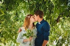 Szczęśliwa elegancka kochająca para modnisie ściska i całuje w parku obraz royalty free