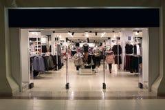 Szczęśliwa elegancka młoda kobieta z torbą wchodzić do centrum handlowe, robi zakupy obraz stock