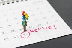 Szczęśliwa emerytura, bogactwo plan miniaturowy szczęśliwy starszy stary człowiek trzyma kolorowych balony dla życia, po tym jak  obrazy stock