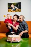 Szczęśliwa emerytura - pierwszy urodziny wnuk zdjęcie royalty free