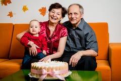 Szczęśliwa emerytura - pierwszy urodziny wnuk fotografia stock