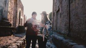 Szczęśliwa europejczyk matka, córka z mapą bada historyczne antykwarskie ulicy Pompeii i, Włochy na wakacje zbiory wideo