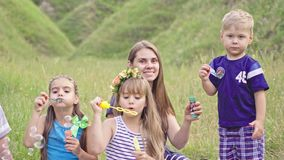 Szczęśliwa europejska rodzina odpoczynek na naturze zdjęcie wideo