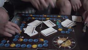 Szczęśliwa firma siedzi w domu w górę trzy ludzie bawić się grę planszową Przyjaciele Wydaje czas Wp?lnie leisure zbiory wideo
