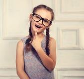 Szczęśliwa główkowanie dzieciaka dziewczyna w mod szkłach z z podnieceniem emotiona Obrazy Stock