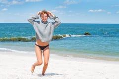 Szczęśliwa garbnikująca kobieta cieszy się spacer morzem na tropikalnej plaży zdjęcie stock