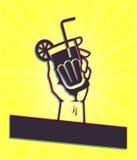 Szczęśliwa godzina: Ręki mienia koktajlu napój Fotografia Royalty Free