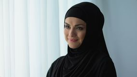 Szczęśliwa gospodyni domowa ono uśmiecha się w hijab, islamska kultura, żeński wellbeing, tradycje zbiory wideo