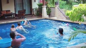 Szczęśliwa grupa atrakcyjni młodzi przyjaciele bawić się z piłki w pływackim basenie 1920x1080 zbiory