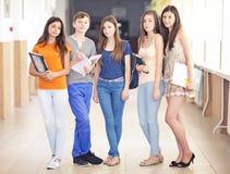 Szczęśliwa grupa młodzi ucznie fotografia stock