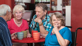 Szczęśliwa grupa seniory w bistrze fotografia royalty free