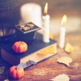 Szczęśliwa Halloween cyzelowania bania na stole w domu Szczęśliwy rodzinny narządzanie dla Halloween zdjęcia royalty free