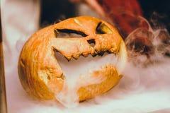 Szczęśliwa Halloween cyzelowania bania na stole w domu Szczęśliwy rodzinny narządzanie dla Halloween zdjęcia stock